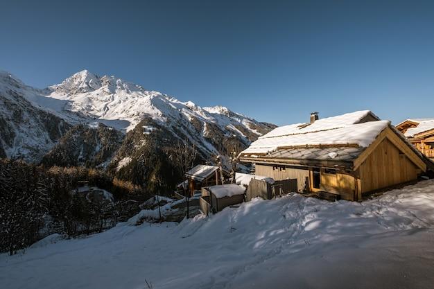 Accogliente baita nel mezzo del magico scenario invernale a sainte-foy-tarentaise, sulle alpi francesi Foto Gratuite