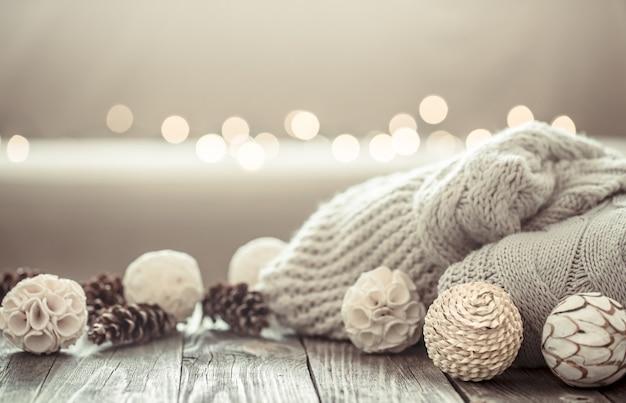 Accogliente sfondo di natale su uno sfondo di legno con oggetti di decorazioni natalizie. Foto Gratuite