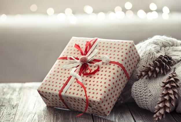 Accoglienti decorazioni natalizie su un tavolo di legno Foto Gratuite