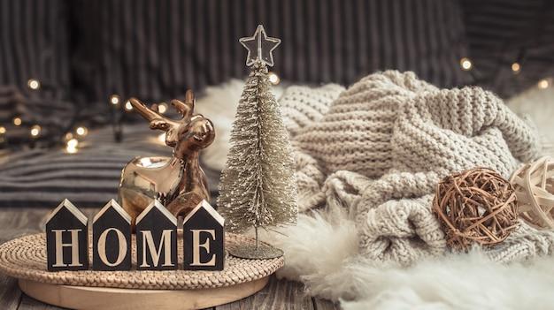 Уютный рождественский натюрморт в домашней атмосфере на деревянном столе. Бесплатные Фотографии