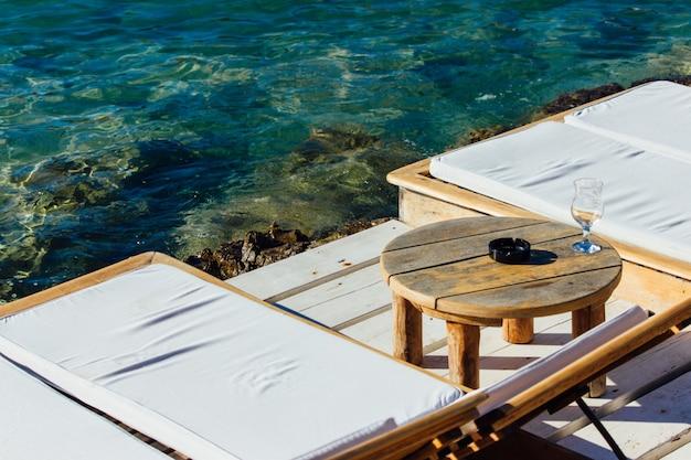 一日の終わりにリラックスするのに最適な海岸の居心地の良いコーナー 無料写真