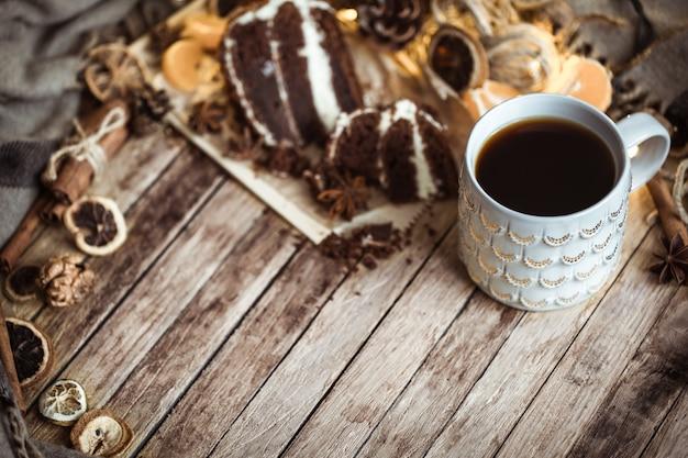 Уютная чашка чая и кусок торта Бесплатные Фотографии