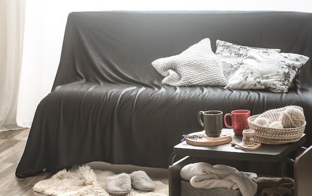 黒いソファ付きの居心地の良いホームインテリアリビングルーム 無料写真