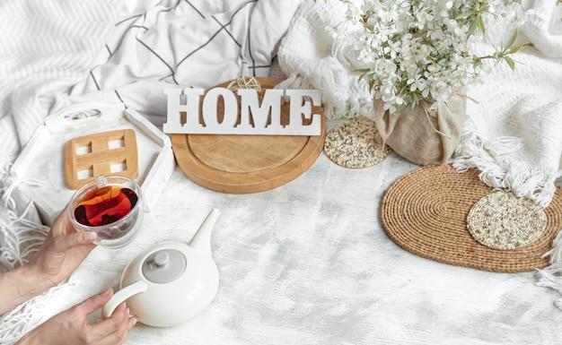 Уютный домашний натюрморт с чашкой чая и чайником. Бесплатные Фотографии