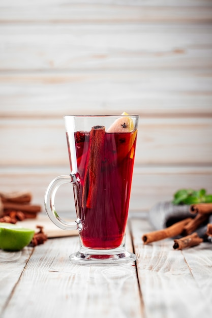 Cozy mulled wine glhwein with cinnamon and apples Premium Photo