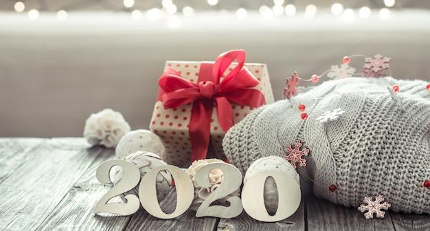 Accogliente anno nuovo sfondo nuovo anno 2020 su sfondo di legno. Foto Gratuite