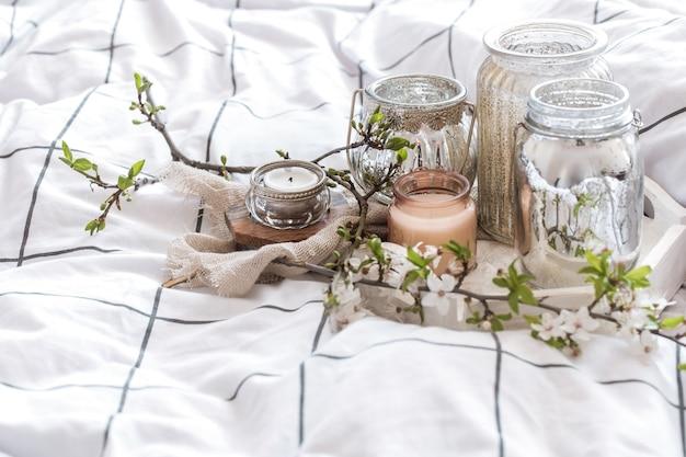 Уютный натюрморт с разными свечами в постели Бесплатные Фотографии