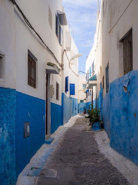 Accoglienti strade in blu e bianco in una giornata di sole nella città vecchia kasbah degli oudaïa Foto Gratuite