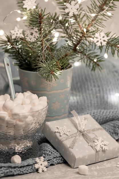 Уютная теплая домашняя зимняя новогодняя композиция с еловыми ветками в кружке Premium Фотографии