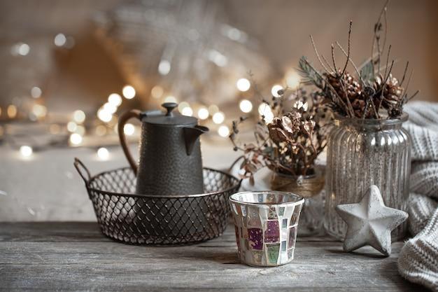 Уютный зимний фон с деталями домашнего декора на размытом фоне с копией пространства огней. Бесплатные Фотографии