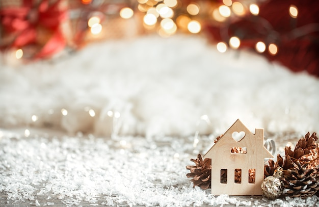 Accogliente sfondo natalizio invernale con bokeh e dettagli in legno su uno sfondo chiaro. Foto Gratuite