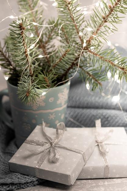 Уютная зимняя новогодняя композиция с еловыми ветками в кружке Premium Фотографии
