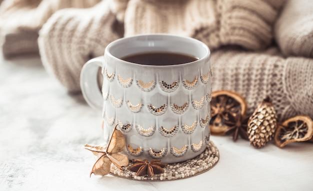 Уютная зимняя композиция с чашкой и свитером Бесплатные Фотографии