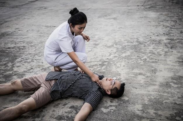 人の緊急cpr、看護師が蘇生を処理しようとする(応急処置) Premium写真