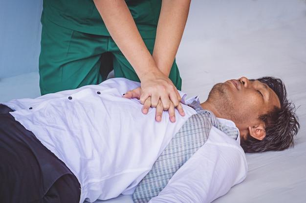心臓発作の男性の応急処置緊急cpr Premium写真