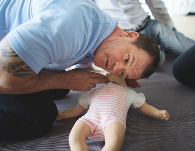 ベビーcpr応急処置訓練 Premium写真
