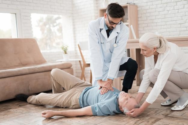 救急医は老人にcprを行います。 Premium写真