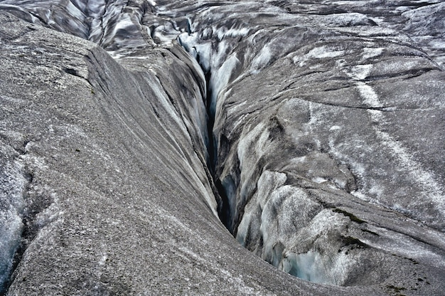 Crack in vatnajökull glacier, located in southern iceland. the mixture of ash and ice gives it its characteristic grey color. on this site the movie interstellar was filmed Premium Photo