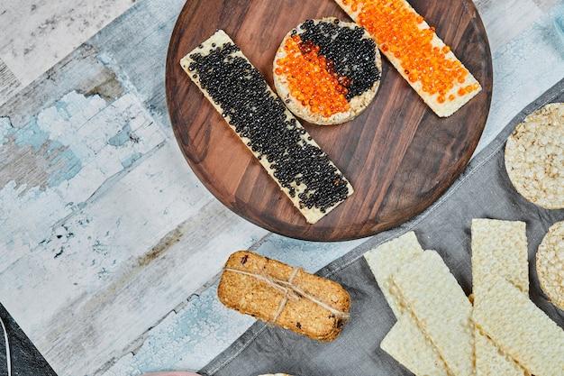 Sandwich di cracker con caviale rosso e nero. Foto Gratuite