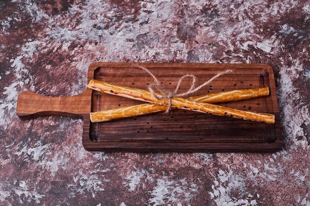 Крекеры прилипают к деревянной тарелке. Бесплатные Фотографии