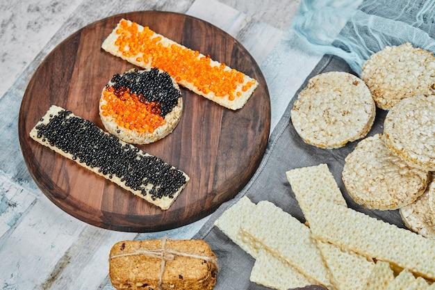 Cracker con caviale rosso e nero in cima. Foto Gratuite