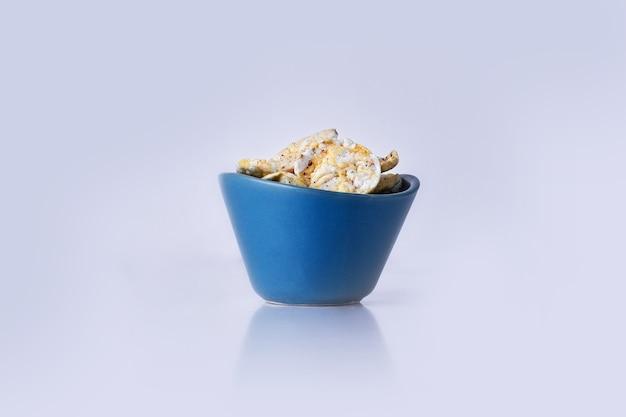 Cracker con panna acida in una ciotola blu su grigio Foto Gratuite