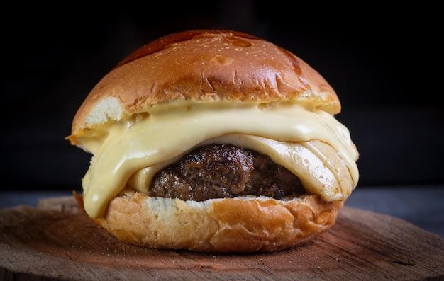 クラフトビーフバーガーとチーズとハニーマスタードソース Premium写真