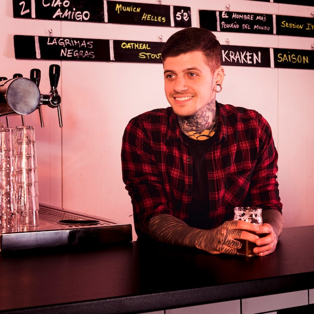 Craft beer concept with tattooed man Free Photo
