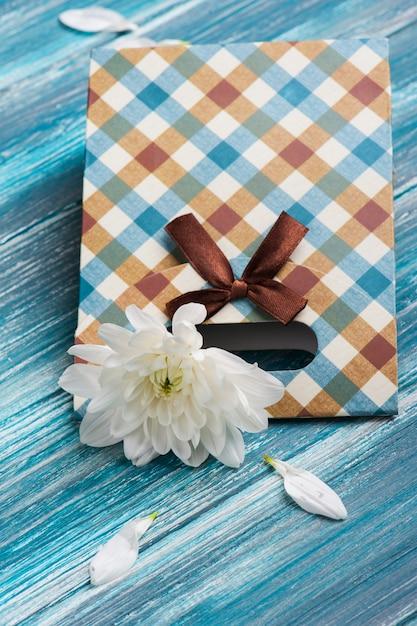 Craft gift box with chrysanthemum Premium Photo