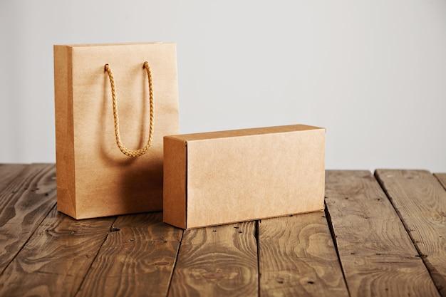 공예 종이 가방 및 흰색 배경에 고립 된 소박한 나무 테이블에 제시 골 판지 빈 상자 무료 사진