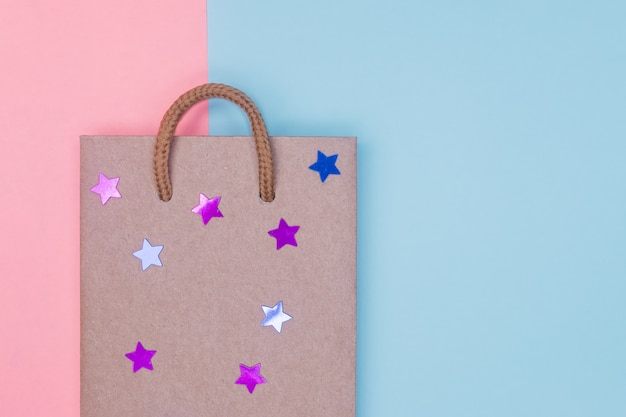 Craft paper shopping bag on paper textured backdrop. Premium Photo