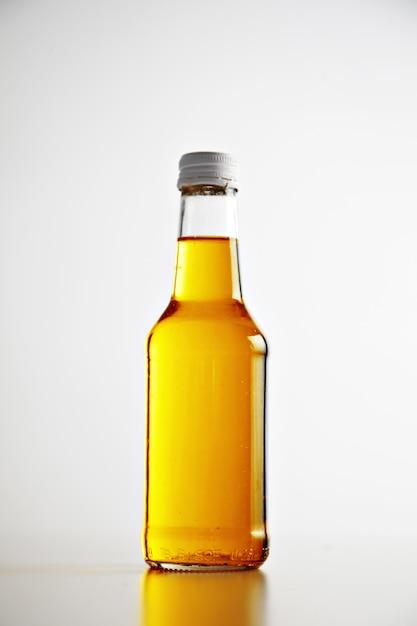 Crea una bottiglia senza etichetta chiusa e sigillata con tappo in metallo Foto Gratuite