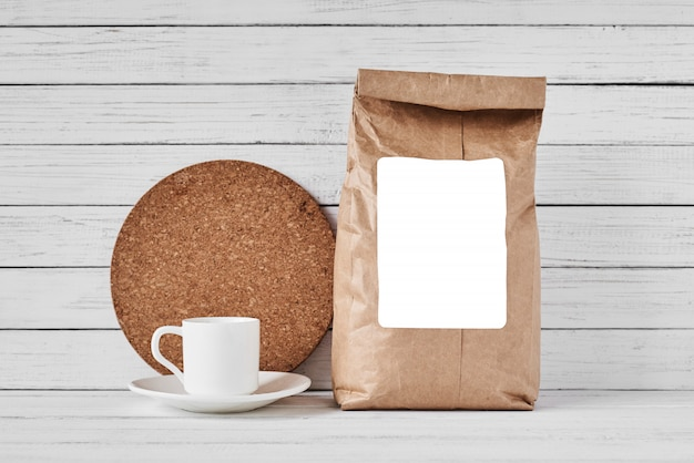 Craft бумажный пакет на белой поверхности, копией пространства Premium Фотографии