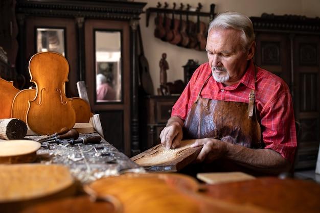 木彫りの職人がバイオリン楽器を作る 無料写真