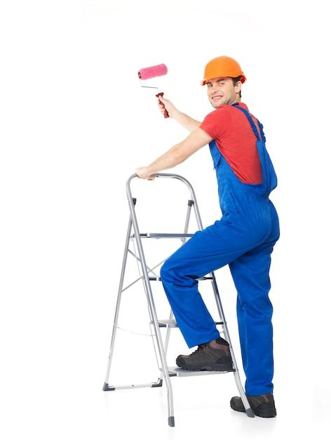 職人の画家は、白い背景の上の完全な肖像画、ブラシで階段に立っています 無料写真
