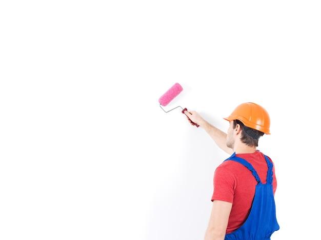 Pittore artigiano sta sulle scale con rullo, ritratto completo su bianco Foto Gratuite