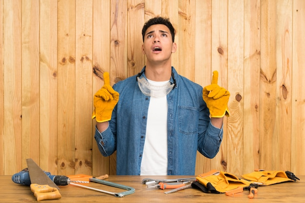 Craftsmen man over wood  pointing with the index finger a great idea Premium Photo