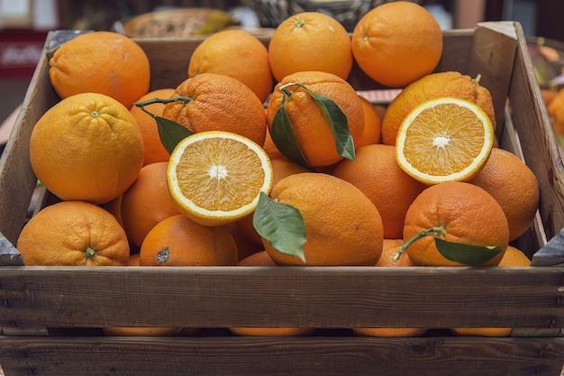 新鮮なオレンジ色の果物でいっぱいの木枠 無料写真