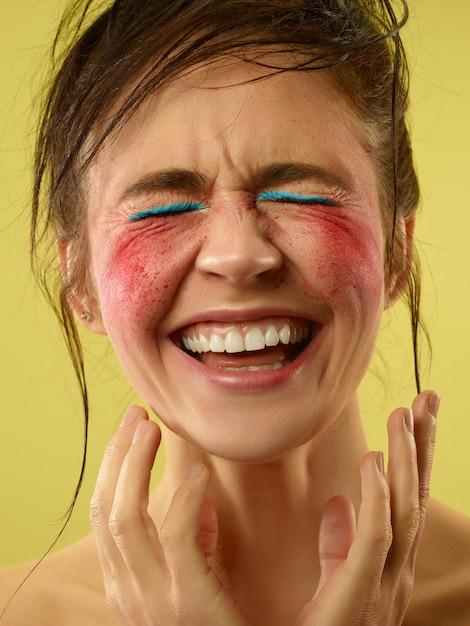 Divertimento folle. bel viso femminile con pelle perfetta e trucco luminoso. concetto di bellezza naturale, cura della pelle, trattamento, salute, spa, cosmetica. un atto artistico creativo e un carattere distintivo. Foto Gratuite