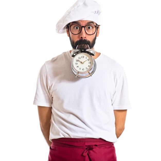 Crazy chef in possesso di un orologio su sfondo bianco Foto Gratuite