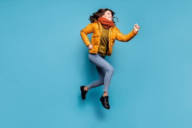 높은 실행 점프 미친 여자 프리미엄 사진