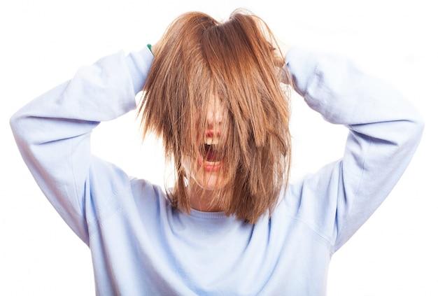 Adolescente pazzo a giocare con i suoi capelli Foto Gratuite