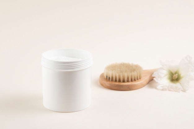 Cream and brush on plain background Free Photo