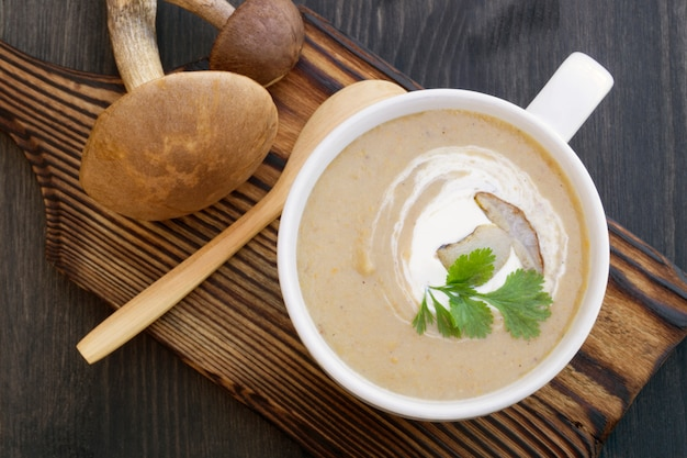 Cream of mushroom soup on a black background Premium Photo