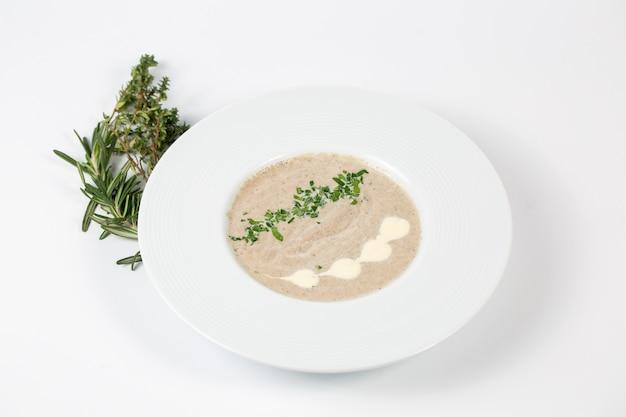 白い皿にクリームマッシュルームスープ 無料写真