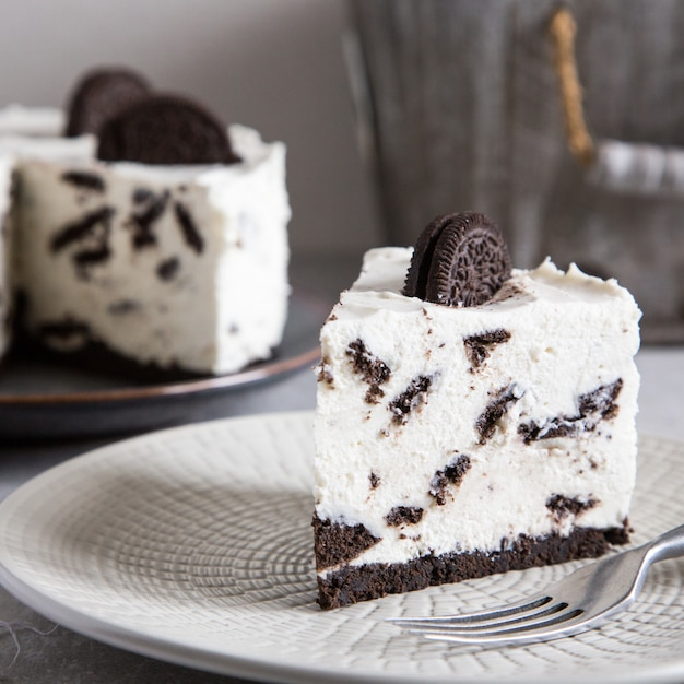 Creamy no bake cheesecake with chocolate cookies. Premium Photo