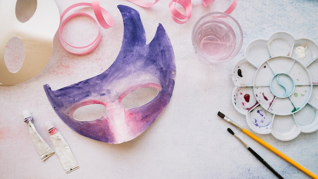 Creating paper mask with paints Free Photo