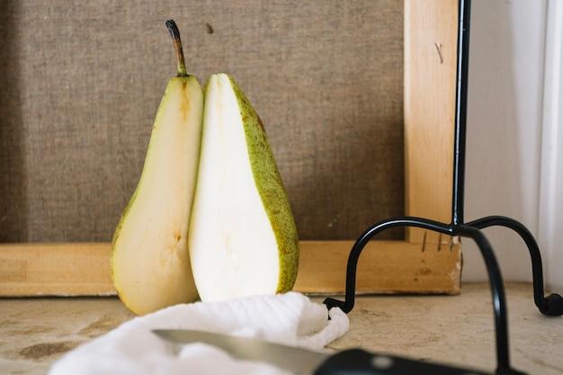 Disposizione creativa di pera con candelabro Foto Gratuite