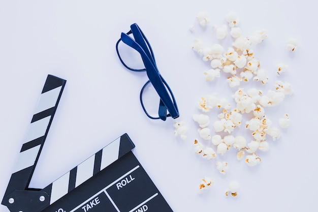 Creative arrangement of popcorn and clapper Free Photo