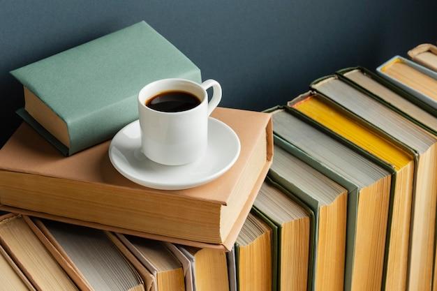 Disposizione creativa con diversi libri e caffè Foto Gratuite